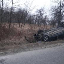 FOTO: ACCIDENT la SLĂTIOARA. O mașină s-a răsturnat…