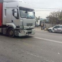 FOTO – ACCIDENT în RÂMNICU VÂLCEA. Un tir şi două maşini au fost implicate
