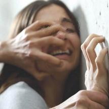 VÂLCEA. Condamnat pentru că a încercat să violeze o fată de 14 ani. Adolescenta a sărit pe geam pentru a scăpa