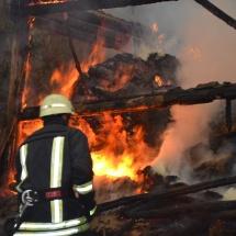 VÂLCEA. O casă a luat foc în timpul unui priveghi. Două persoane au avut nevoie de îngrijiri medicale