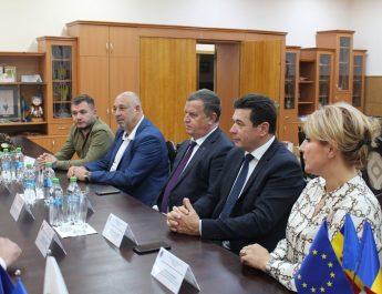 FOTO: Primarul Mircia Gutău a semnat acordul de înfrăţire cu sectorul Ciocana din Chişinău