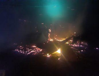 FOTO. Construcție mistuită de flăcări la Drăgășani