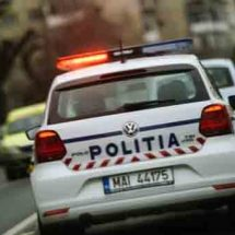 URMĂRIRE în trafic la RÂMNICU VÂLCEA. Șofer prins de polițiști după ce a intrat într-o bordură