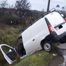 FOTO. ACCIDENT la RÂURENI. A intrat cu autoturismul în șanț
