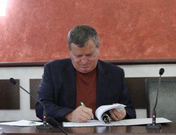 FOTO: Primarul Mircia Gutău a semnat un contract de 5,5 milioane de euro în cadrul proiectului cu finanţare europeană care va moderniza autobaza ETA SA
